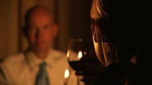 937874574-cena-a-la-luz-de-la-vela-cita-copa-de-vino-brindar